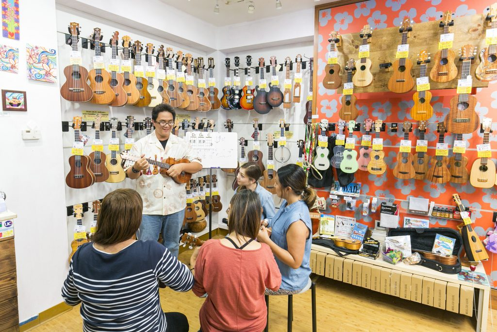 complimentary daily ukulele lessons at Ukulele PUAPUA